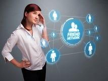 Attraktiv flicka som ser det moderna sociala nätverket Arkivfoton