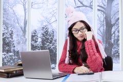 Attraktiv flicka som studerar på vintertid Arkivfoto