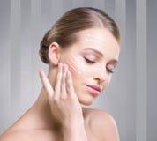 Attraktiv flicka som trycker på hennes släta hud Arkivbild