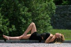 attraktiv flicka som utanför lägger Royaltyfri Fotografi