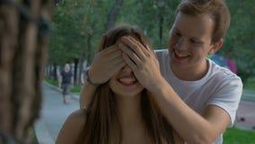 Attraktiv flicka som väntar på hennes pojkvän på ett datum stock video