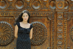 attraktiv flicka utanför Royaltyfri Fotografi