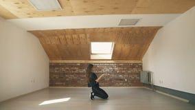 Attraktiv flickadanstwerk på brun studiobakgrund lager videofilmer