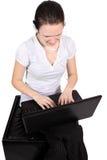 attraktiv flickahörlurar med mikrofonbärbar dator Royaltyfria Foton