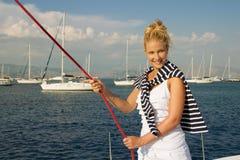 Attraktiv flickasegling på en yacht på sommardag arkivfoton