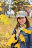 attraktiv flickastående fotografering för bildbyråer