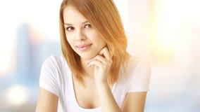 attraktiv flickastående arkivfoton