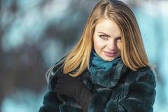 attraktiv flickastående Royaltyfri Bild