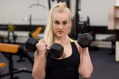 Attraktiv flickautbildning i idrottshall Royaltyfria Bilder
