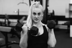 Attraktiv flickautbildning i idrottshall Fotografering för Bildbyråer