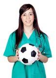 attraktiv fotboll för bollbrunettdoktor Arkivfoto