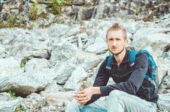 Attraktiv fotvandrare med ryggsäcken på bergbakgrund Lopp turismbegrepp, aktivt liv Det nationella Highlandet Park Arkivfoton