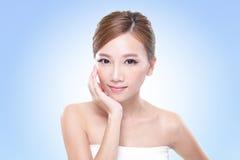 Attraktiv framsida för kvinna för hudomsorg Royaltyfria Foton