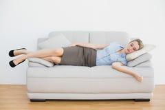 Attraktiv fridsam affärskvinna som sover att ligga på soffan arkivbilder