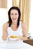 attraktiv frukost som har kvinnabarn Royaltyfri Foto