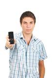 attraktiv geende manmobiltelefon Royaltyfri Foto