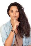 attraktiv gest som gör tystnadkvinnan Royaltyfri Foto