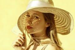 Attraktiv gladlynt kvinnastående i sommar arkivbild