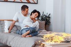Attraktiv gladlynt man och kvinna på krama för säng Parkel fotografering för bildbyråer