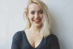 Attraktiv gladlynt ung blond kvinna Arkivfoto
