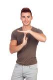 Attraktiv grabb med spetsigt hår som gör en gest automatisk frånslagningstid Royaltyfri Foto