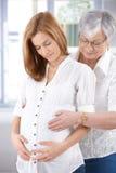 Attraktiv gravid kvinna- och pensionärmoder Fotografering för Bildbyråer