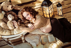 Attraktiv gravid kvinna som ligger på päls med en bok Royaltyfria Foton