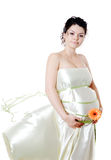 Attraktiv gravid kvinnainnehavblomma. se kameran Arkivbilder