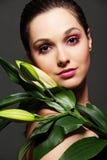 attraktiv green blad kvinnan arkivfoto