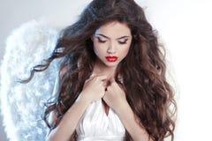 Attraktiv härlig Angel Girl modell med krabbt långt hår Arkivbild
