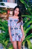 Attraktiv härlig asiatisk flicka med långt hår som poserar på stranden Arkivfoto