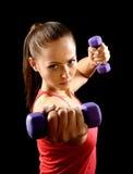 Attraktiv härlig kvinna i idrottshall arkivfoto