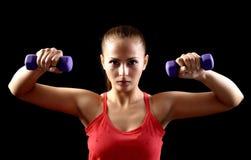 Attraktiv härlig kvinna i idrottshall arkivbilder
