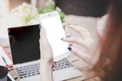 Attraktiv härlig kvinnabrukstelefon eller smartphone för att betala bi royaltyfri bild