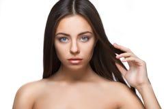 Attraktiv härlig kvinnastående på vit bakgrund Fotografering för Bildbyråer