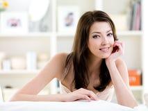 attraktiv härlig leendekvinna Royaltyfri Fotografi