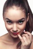 Attraktiv härlig ung varm kvinna för stående med röda kanter arkivfoto