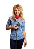 Attraktiv hållande valentin för flicka garnering för dag royaltyfri bild