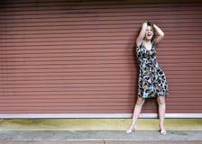 attraktiv hårholdingkvinna Royaltyfri Fotografi