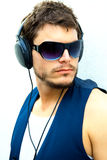 attraktiv hörlurarman Royaltyfri Foto