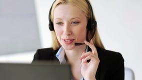 Attraktiv helplineoperatör i regeringsställning stock video