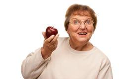 Attraktiv hög kvinna med röda Apple Arkivbilder