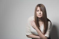 Attraktiv intensiv ung kvinna Royaltyfria Bilder