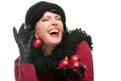 attraktiv jul som rymmer prydnadkvinnan Arkivfoto