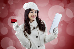 Attraktiv köpare med minnestavlan och kreditkorten Arkivbild