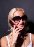 attraktiv kallande le kvinna för mobil Arkivbild