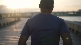 Attraktiv kein schwarzer gesunder Athlet des jungen Mannes des Gesichtes erschöpft und Betrieb mit dem Bürgersteig auf dem bavkgr stock footage