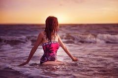 Attraktiv kinesisk flicka på stranden Fotografering för Bildbyråer