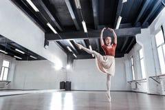 Attraktiv kompetent ballerina som visar hennes stora expertis royaltyfria foton