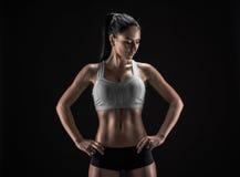 Attraktiv konditionkvinna, utbildad kvinnlig kropp, livsstilportrai Royaltyfri Fotografi